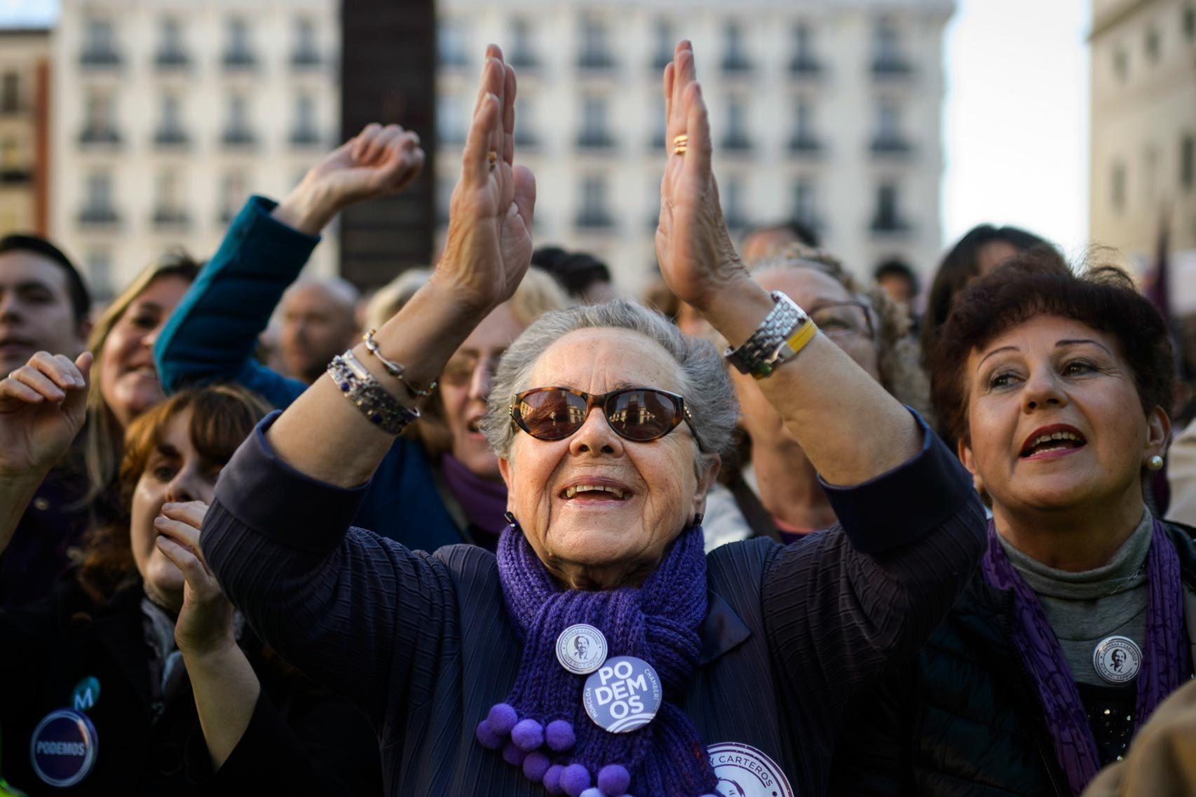 Seguidores de Podemos asisten a un acto electoral de Pablo Iglesias.