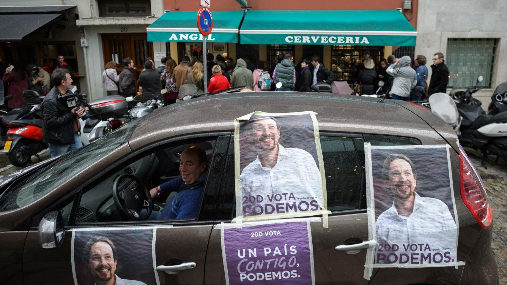 Un coche con propaganda de Podemos recorre las calles.