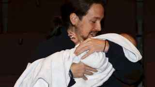 Pablo Iglesias sostiene en brazos esta mañana al hijo de Carolina Bescansa