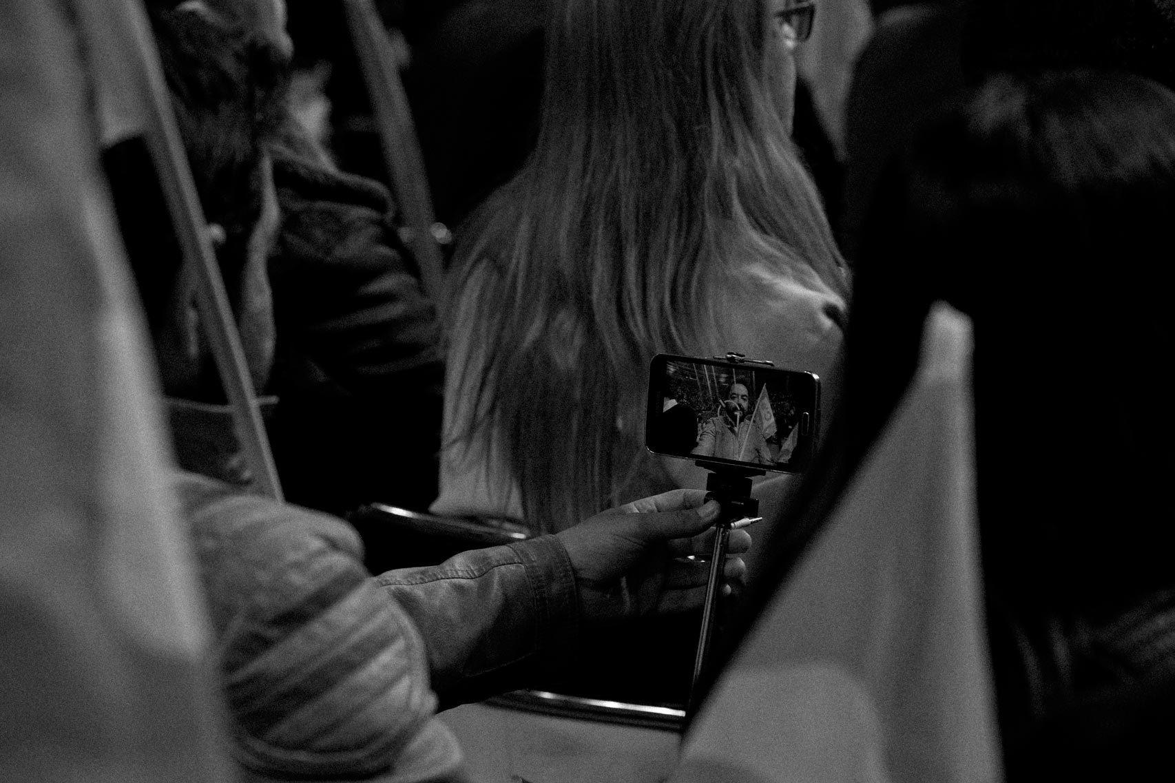 Un asistente se hace un selfie en el acto de Ciudadanos.