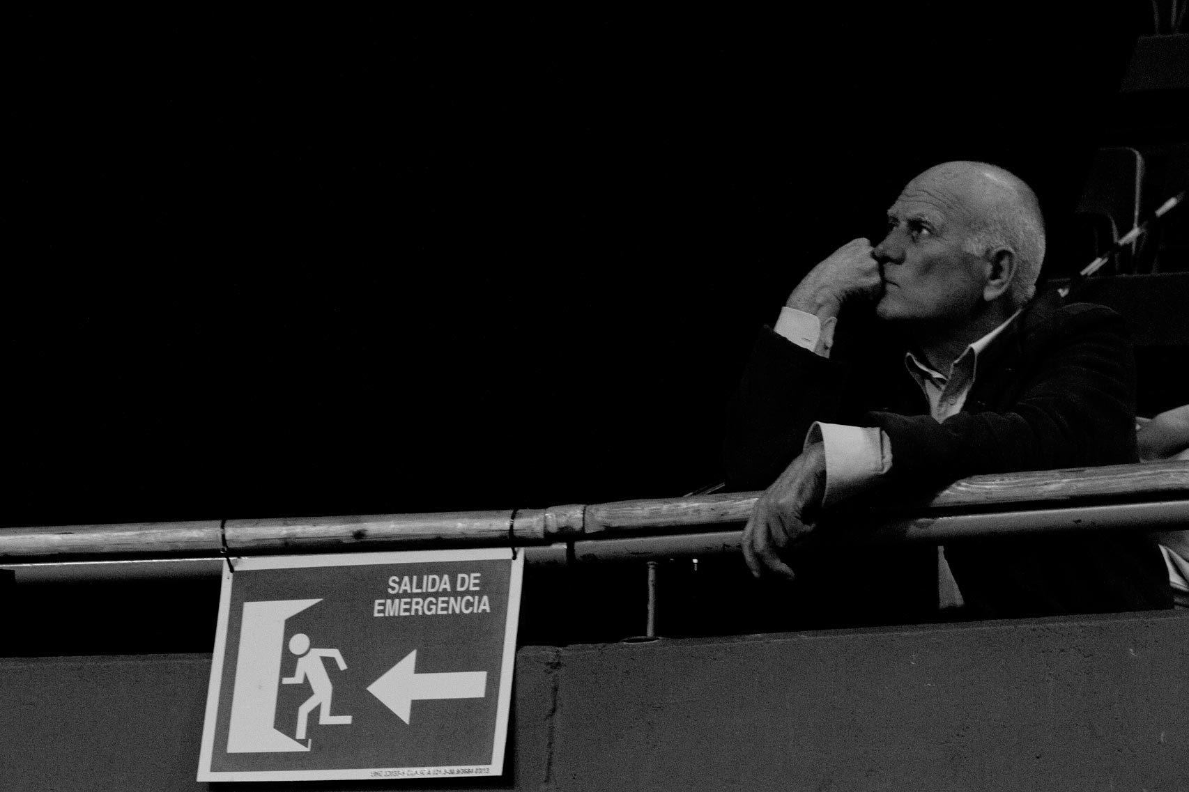 Un hombre sigue el discurso de Rivera en Vistalegre.