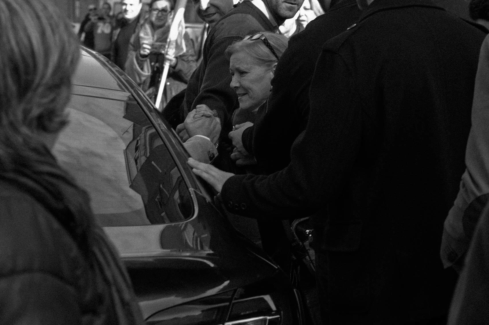 Una mujer agarra la mano de Rivera.