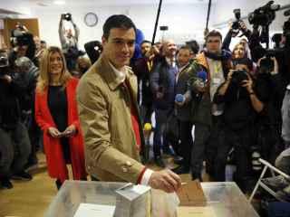Pedro Sánchez y su mujer han votado en un colegio de Pozuelo de Alarcón (Madrid)