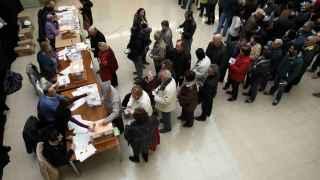 Colas para participar en las elecciones en un colegio de Barcelona