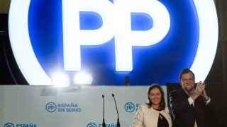 Mariano Rajoy y su esposa, en el balcón de Génova 13.