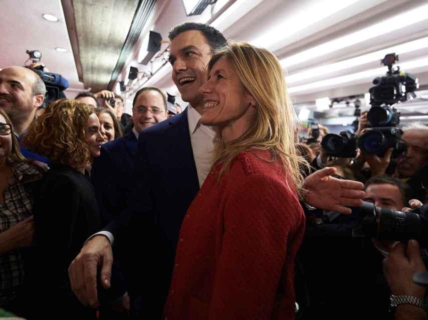 Pedro Sánchez celebra junto a su esposa el resultado en las elecciones.