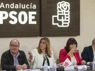 Susana Díaz, entre su número dos en el PSOE andaluz, Juan Cornejo, y la presidenta del PSOE, Micaela Navarro.