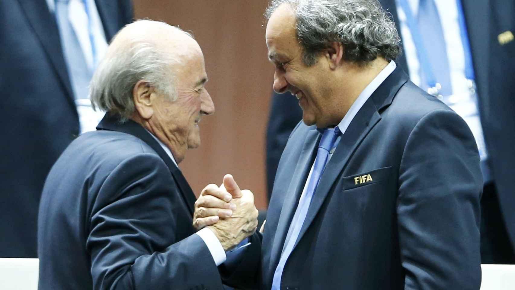 Platini felicitando en mayo a Blatter, reelegido presidente de la FIFA.