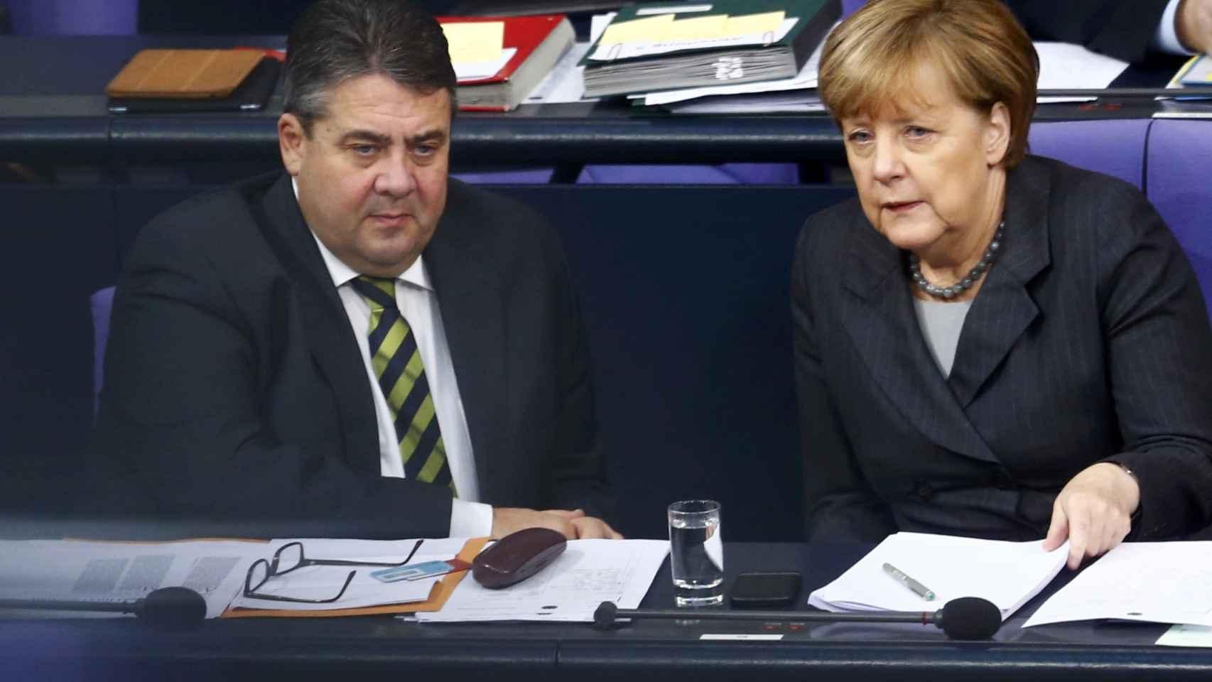 Merkel habla con su vicecanciller, el socialdemócrata Sigmar Gabriel, en el Bundestag.