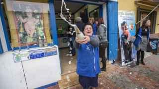 La vendedora de la administracción de loteria número uno de Las Torres de Cotillas (Murcia) celebra que ha vendido uno de los cuartos premios