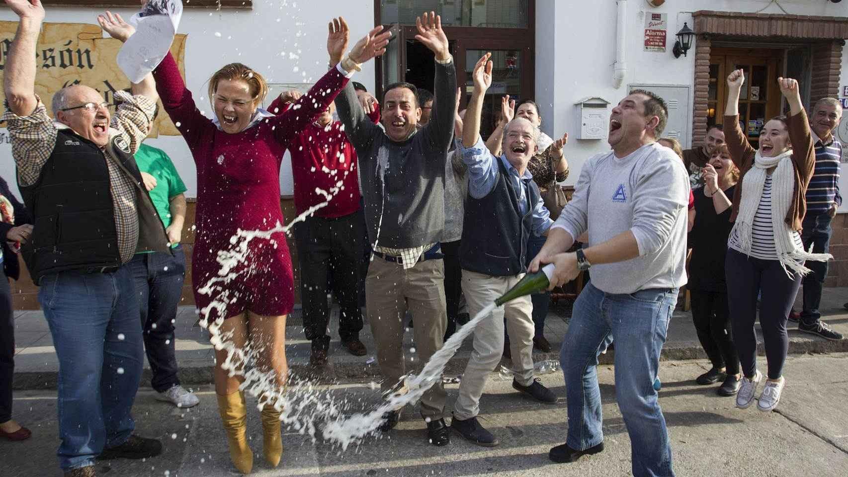 Vecinos de Roquetas de Mar celebran haber ganado el Gordo de Navidad.