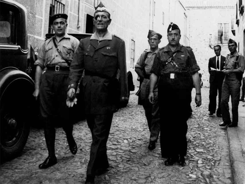 Millán Astray sale del cuartel general de Franco en 1936