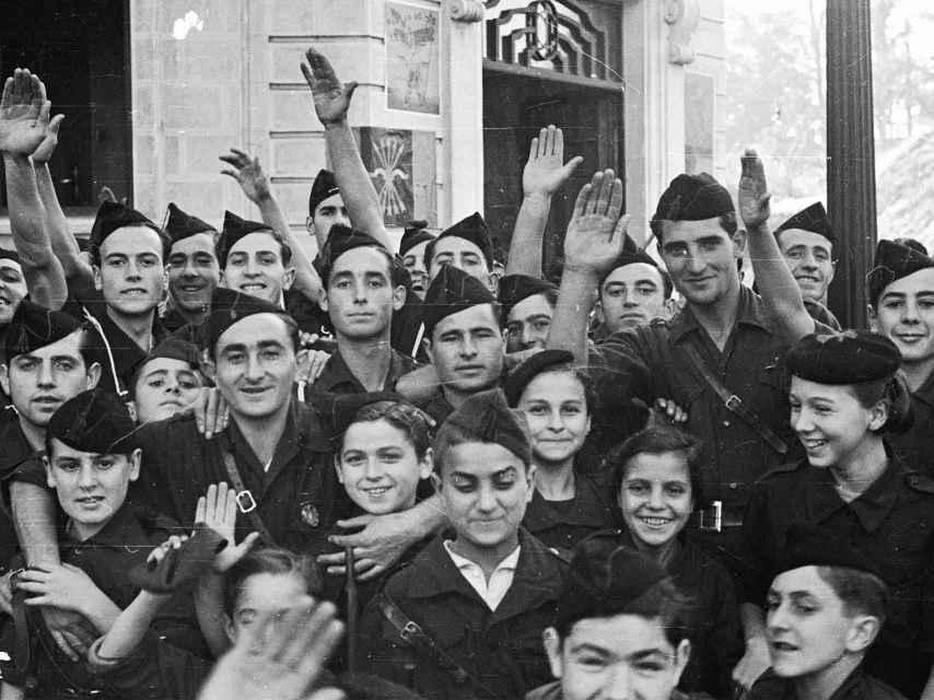 Un grupo de jóvenes en Irún el 13 de noviembre de 1936
