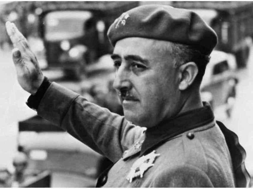 Franco pasa revista a las tropas.