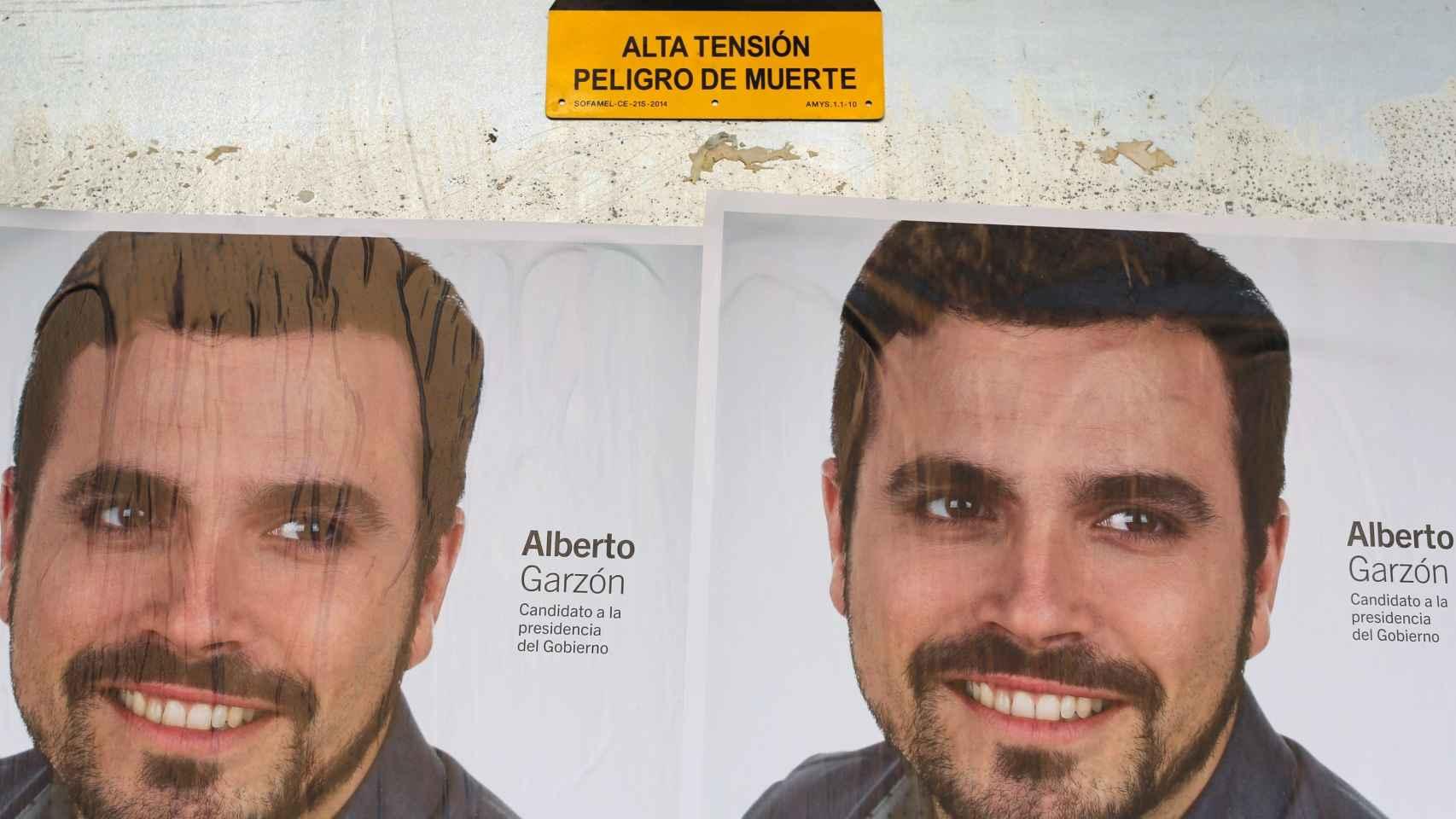 Los carteles de Alberto Garzón junto a una señal premonitoria.