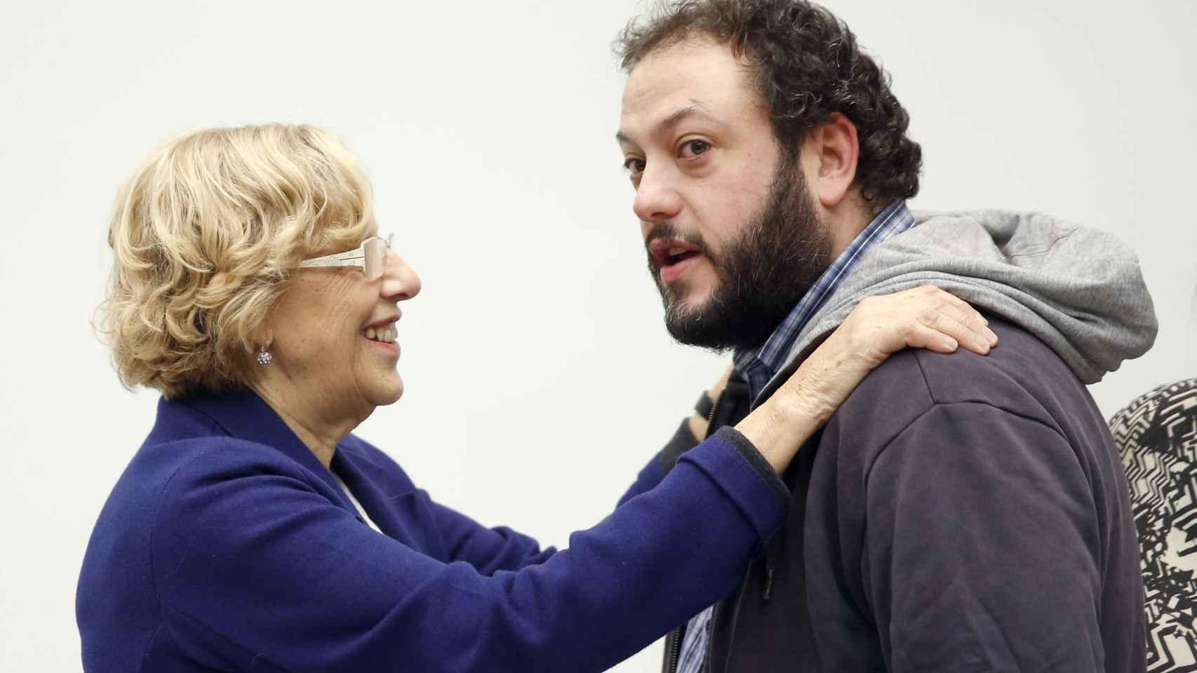 Guillermo Zapata, junto a Manuela Carmena en el Ayuntamiento de Madrid.