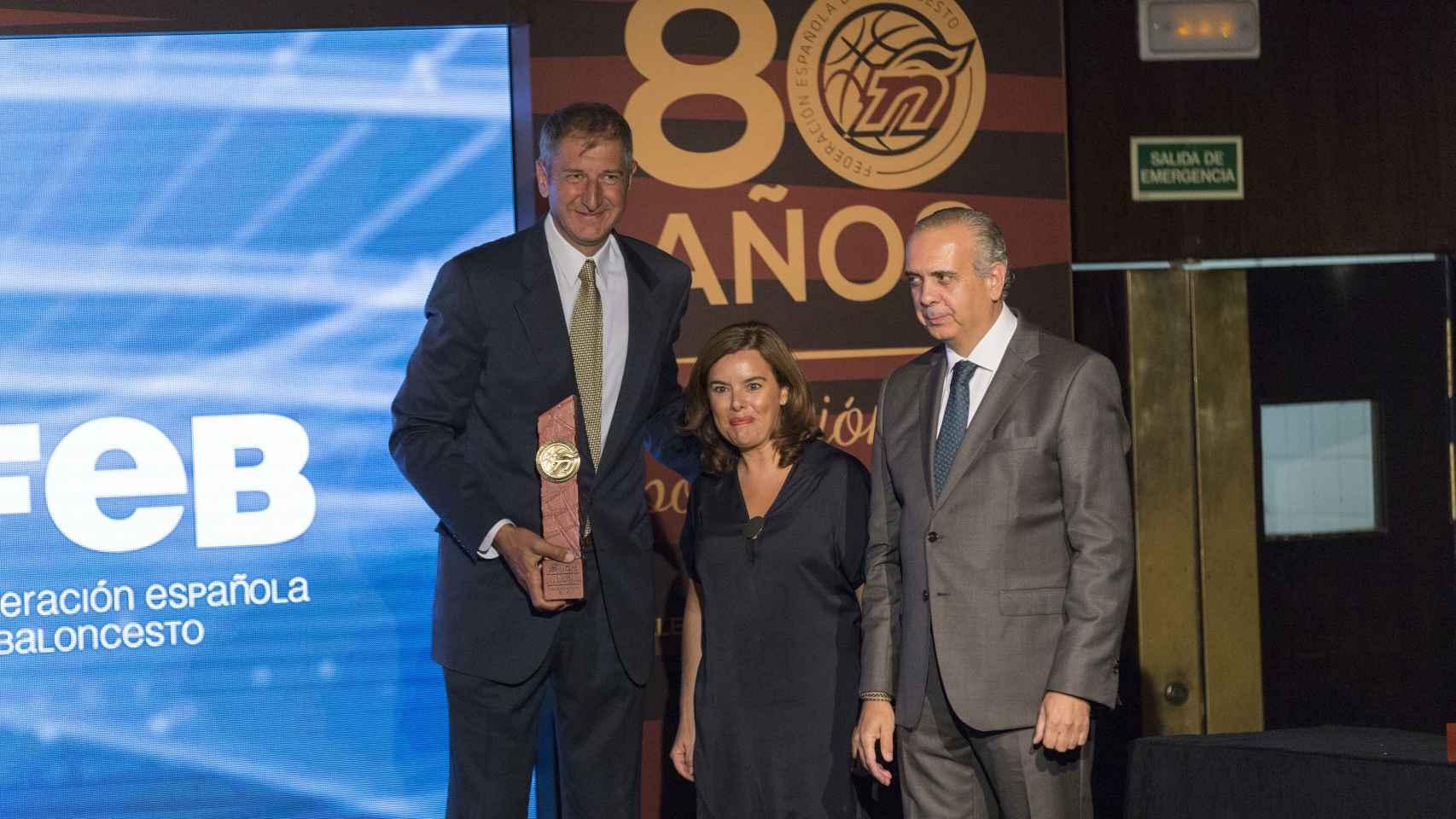 Jiménez recibe un premio junto a la vicepresidenta del Gobierno y José Luis Sáez.