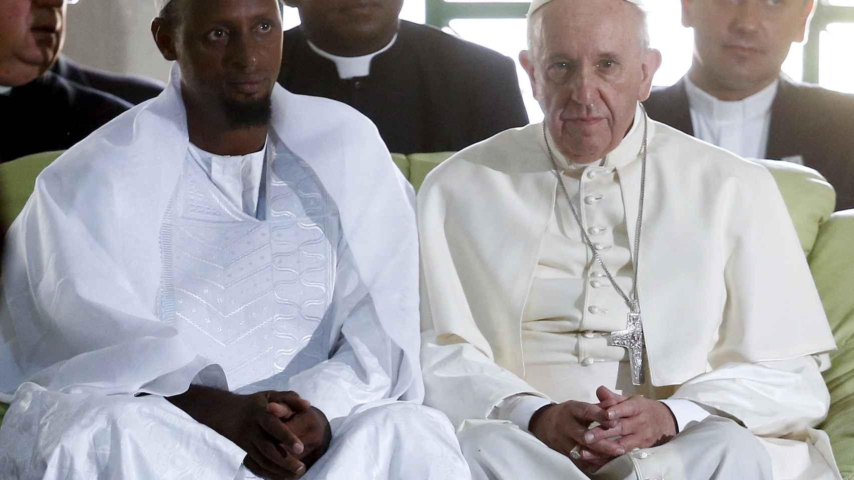El papa Francisco y el imán Moussa Naibi durante una visita papal.