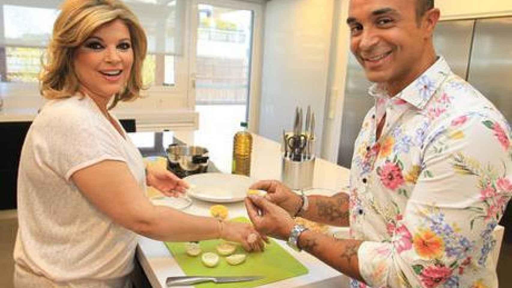 Terelu cocina junto a Luis Rollán