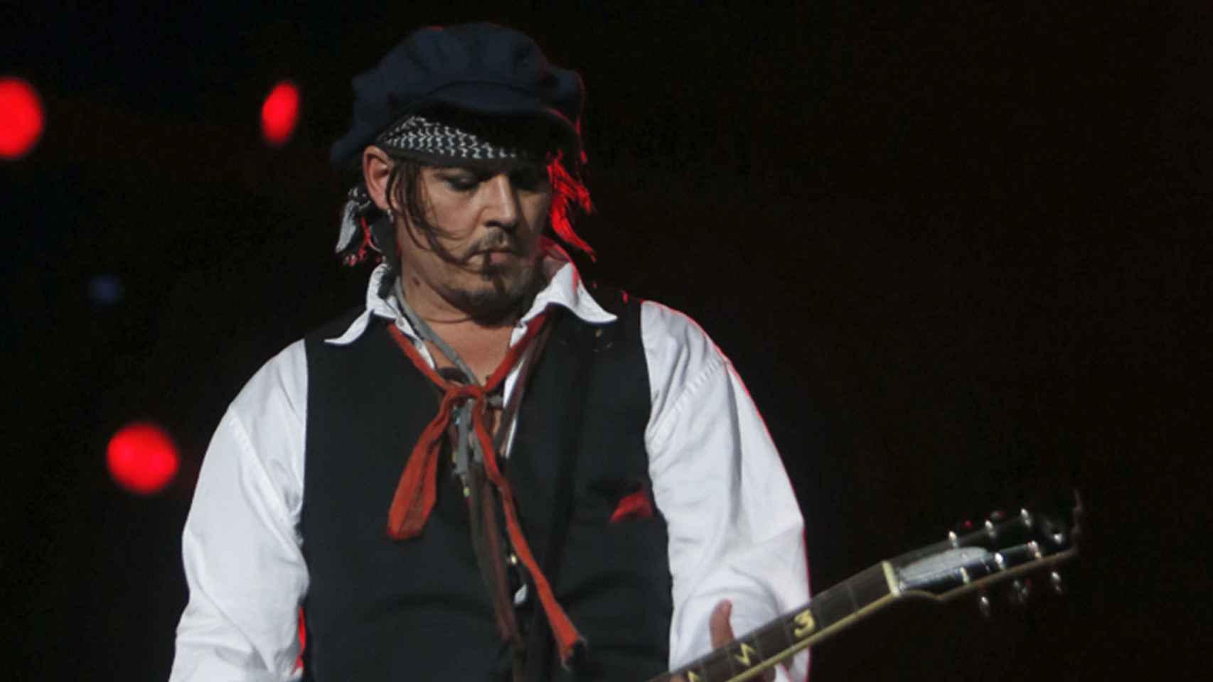 Johnny Depp toca el bajo con Hollywood Vampires en Río de Janeiro