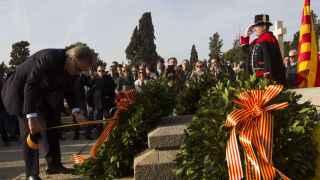Artur Mas durante la ofrenda floral delante de la tumba del president Francesc Macià