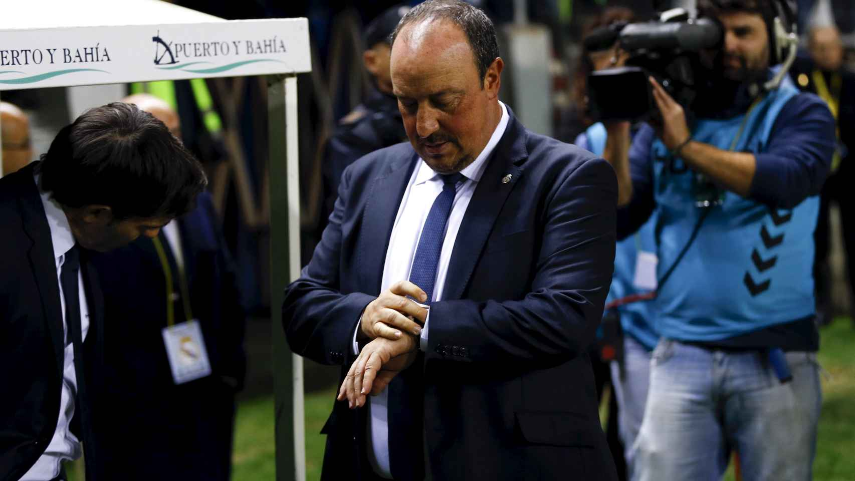 Rafa Benítez mira el reloj durante el partido contra el Cádiz.