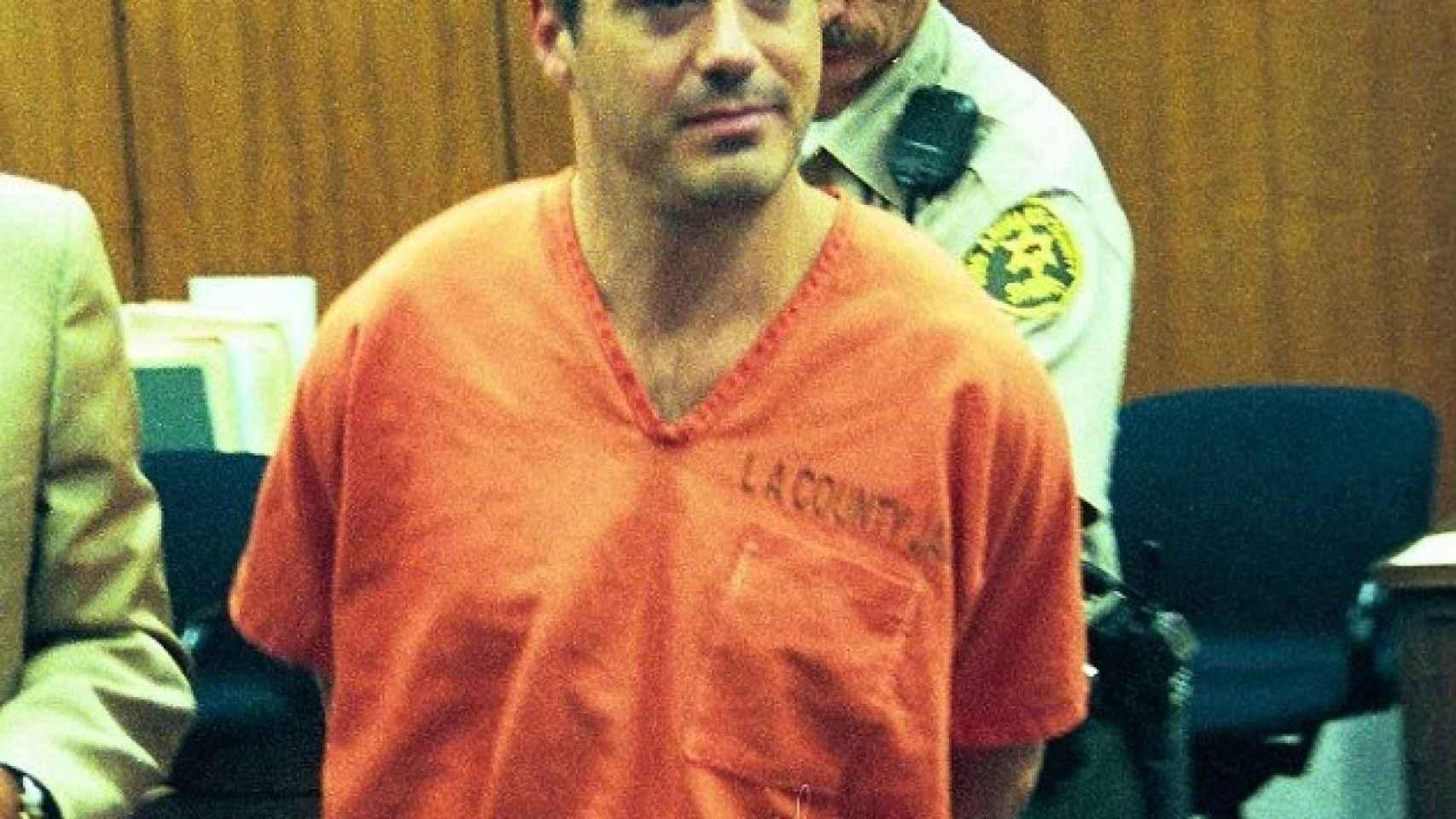 Robert Downey Jr esposado para su ingreso en prisión en 1.999