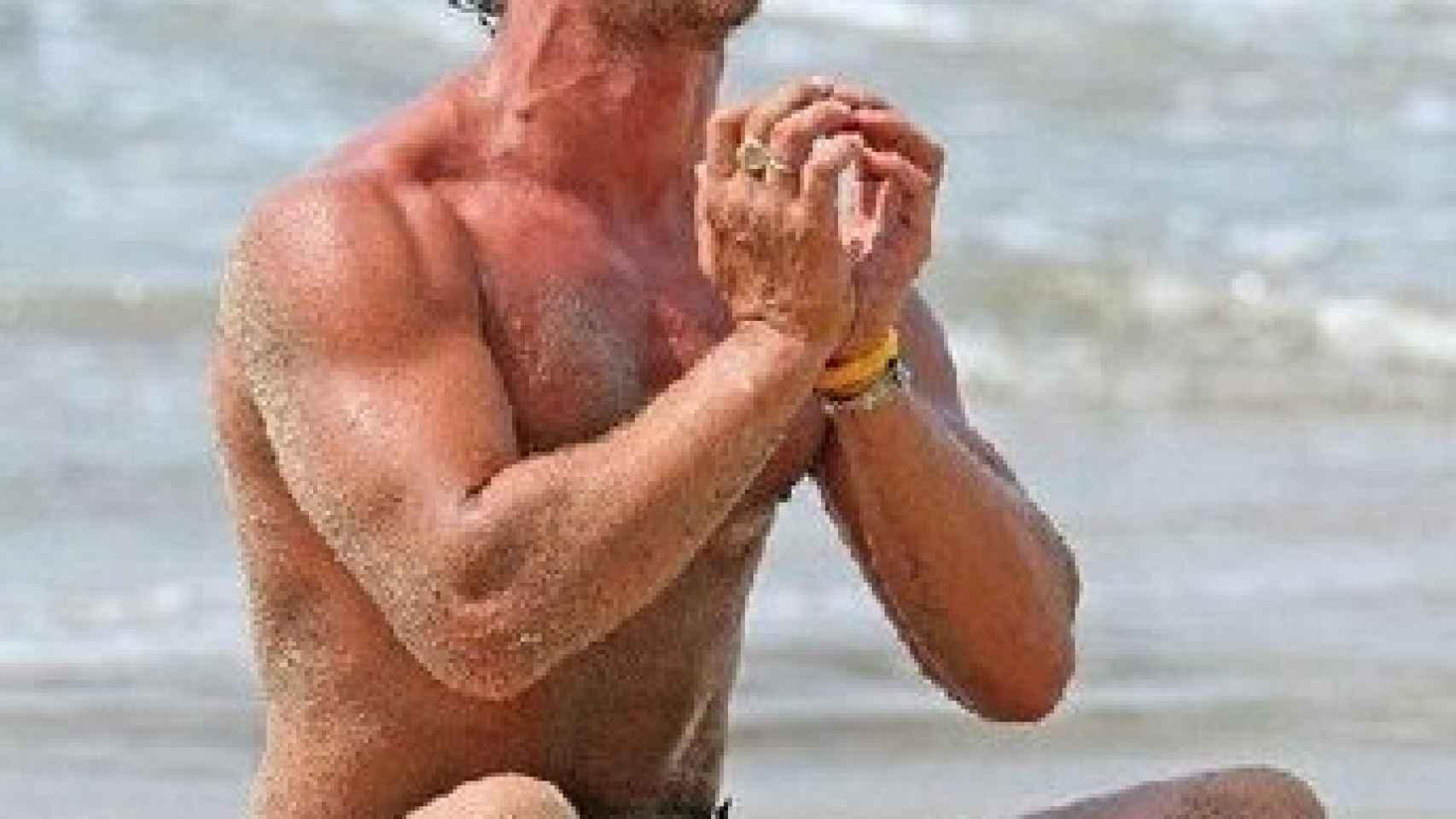Mcconaughey practica yoga a diario en las playas de Malibú