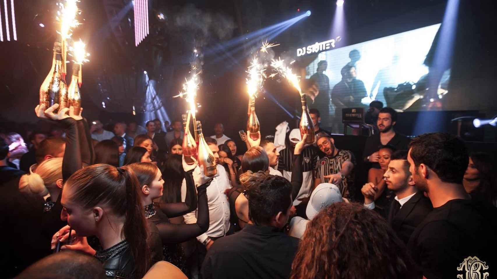 Benzema baila rodeado de botellas de champagne