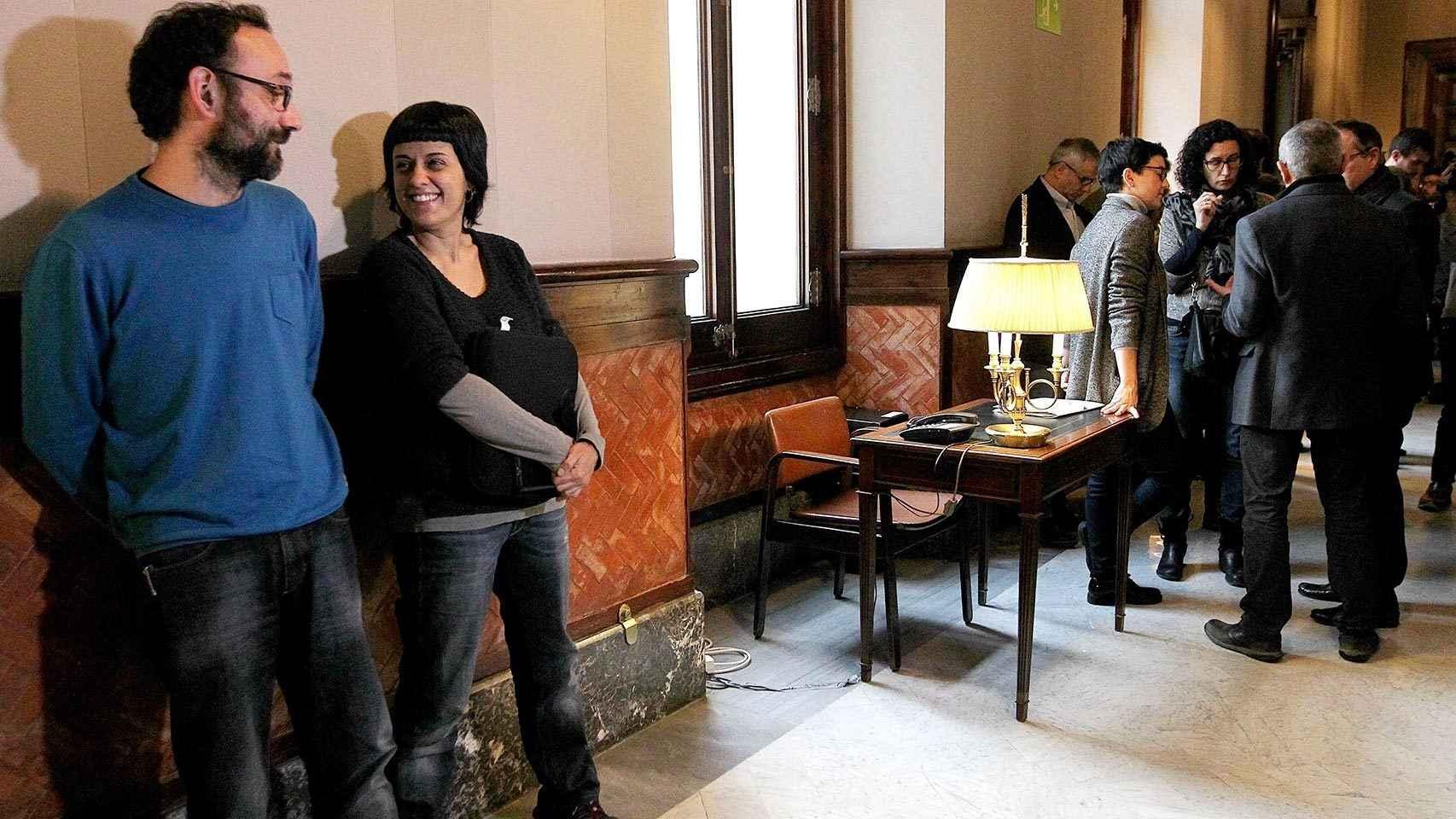 Los portavoces de la CUP, (izquierda) y sus homólogos de Junts pel Sí, antes de la reunión.