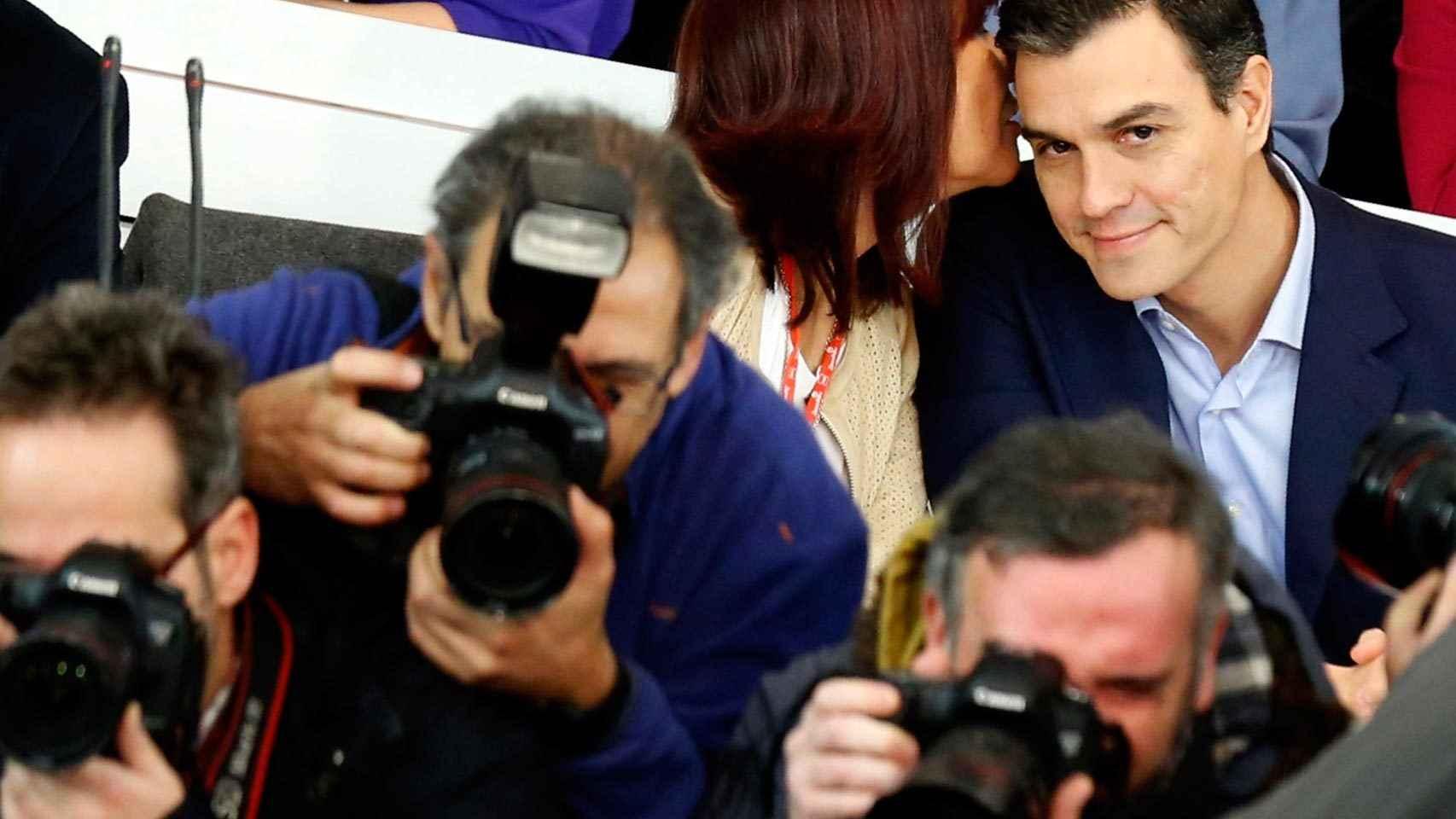 La presidenta del PSOE, Micaela Navarro habla con Sánchez mientras los fotógrafos apuntan aDíaz.