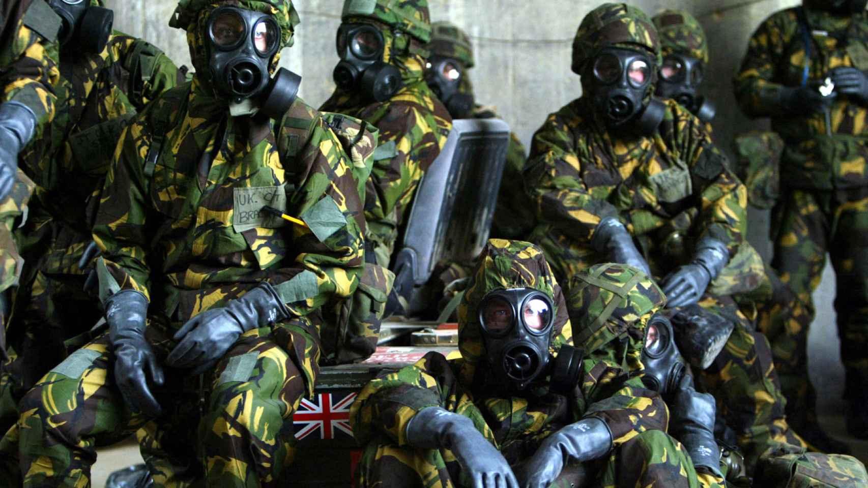 Miembros del Ejército británico con máscaras en 2003.