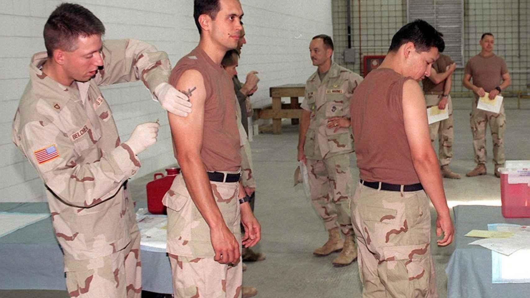 Soldados americanos vacunados contra ántrax en Kuwait en 1998.