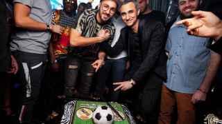 Benzema celebra su cumpleaños con chicas y champagne en una discoteca de Dubai
