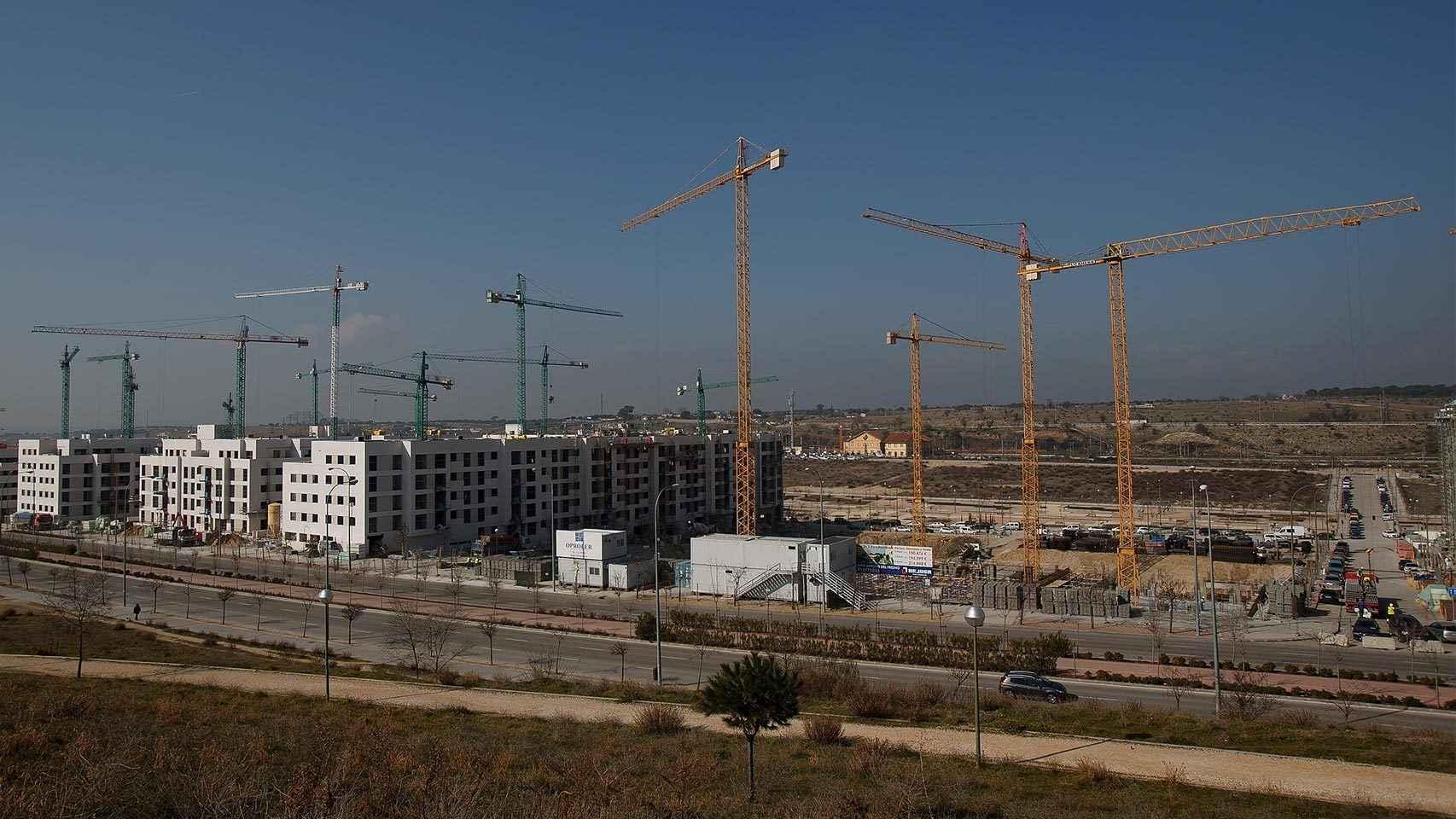 Construcción de urbanizaciones en las afueras de Madrid.