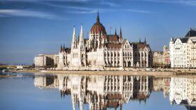 El famoso parlamento con el río Danubio en Budapest, Hungría. iStock