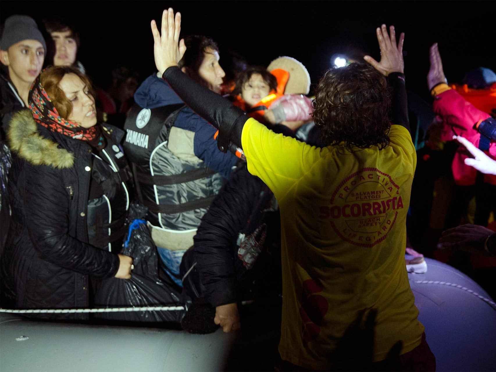 Un voluntario de Proactiva durante un desembarco en Lesbos en noviembre.