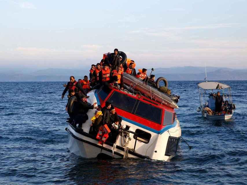 Más de 150 refugiados, en una barcaza frente a la costa de Lesbos.