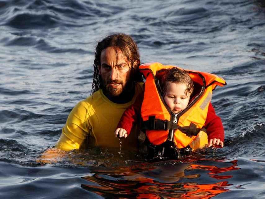 Un socorristas de Proactiva rescata a un bebé en Lesbos.