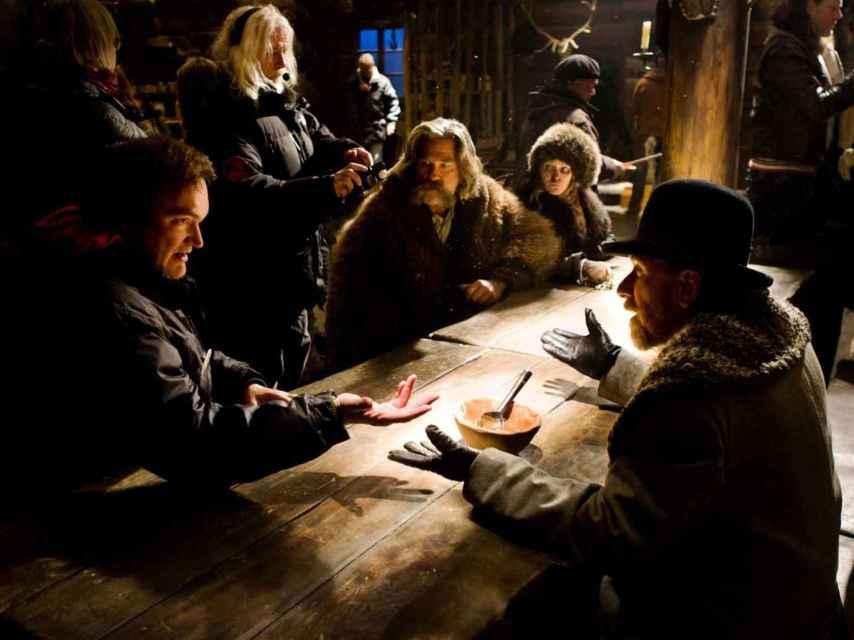 Tarantino (izda.), durante el rodaje, con Russell, Jason Leigh y Roth, entre otros actores