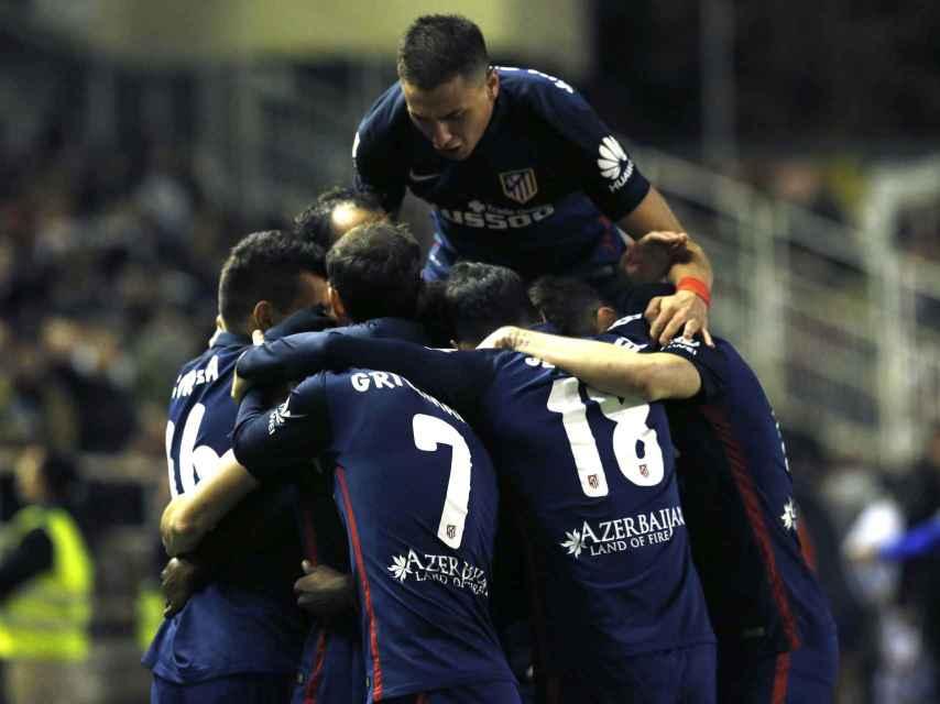 El Atlético de Madrid celebra la victoria en Vallecas.