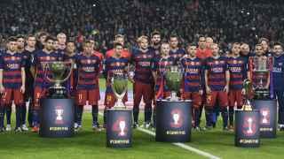 Los jugadores del Barcelona posan con los trofeos logrados durante el año.