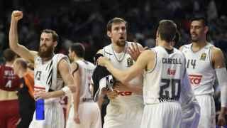 Los jugadores del Madrid celebran la victoria ante el Brose Baskets en Euroliga.