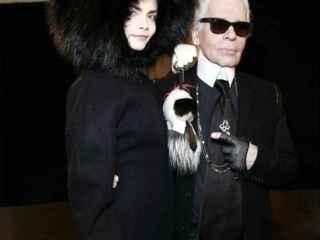 Cara Delevingne y Karl Lagerfel en el desfile de Fendi de 2014