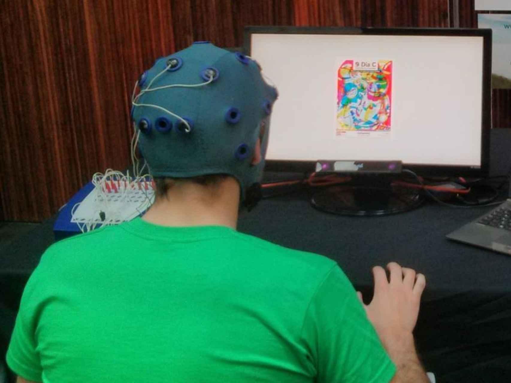 Un voluntario, monitorizado mientras ve un anuncio.