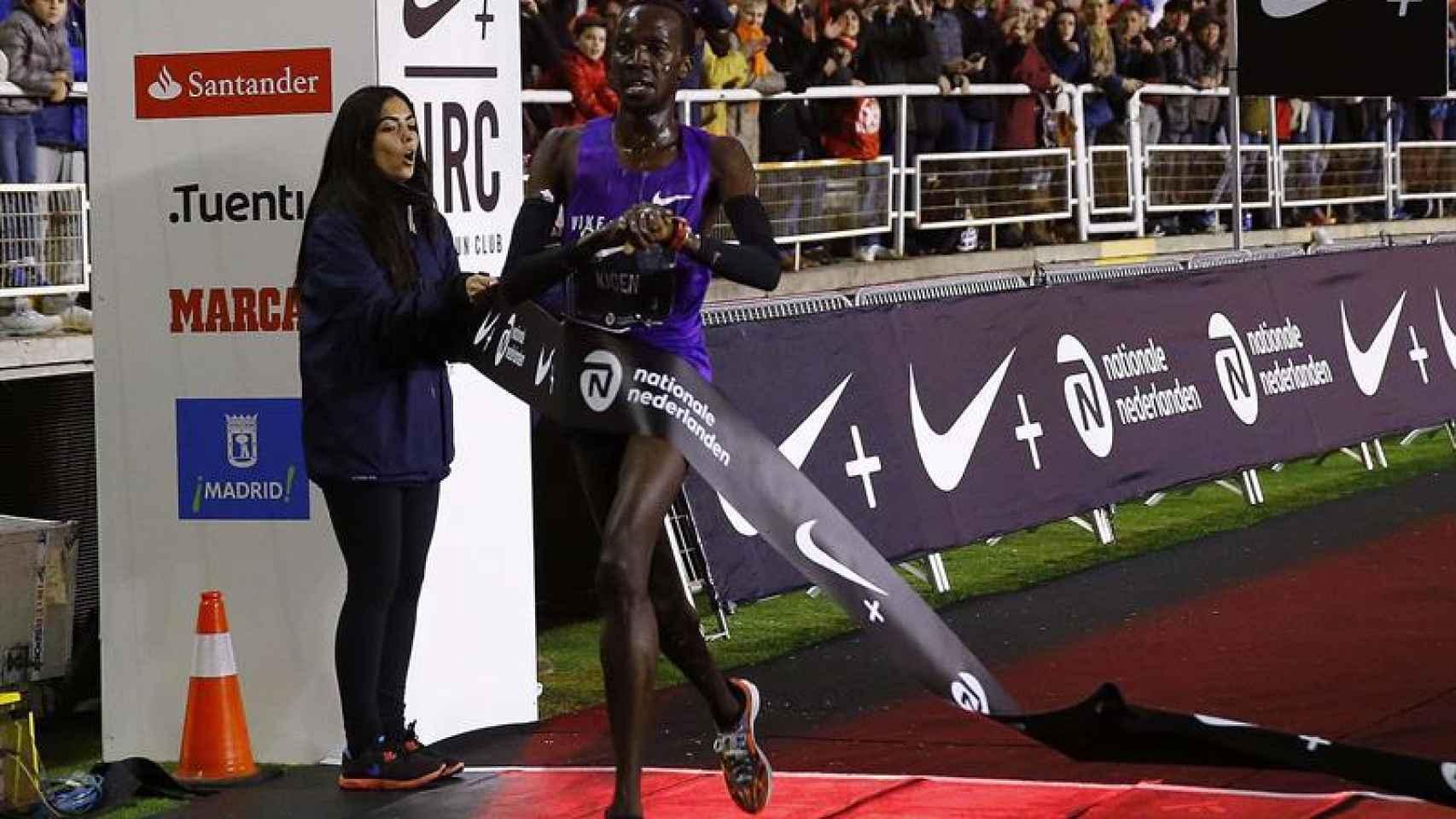 El atleta turco-keniata Mike Kigen a su llegada a la meta como vencedor de la tradicional San Silvestre Vallecana.