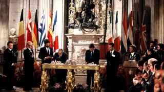 Fernando Morán, ministro de Exteriores, y Felipe González firman el Acta de Adhesión a la CEE.