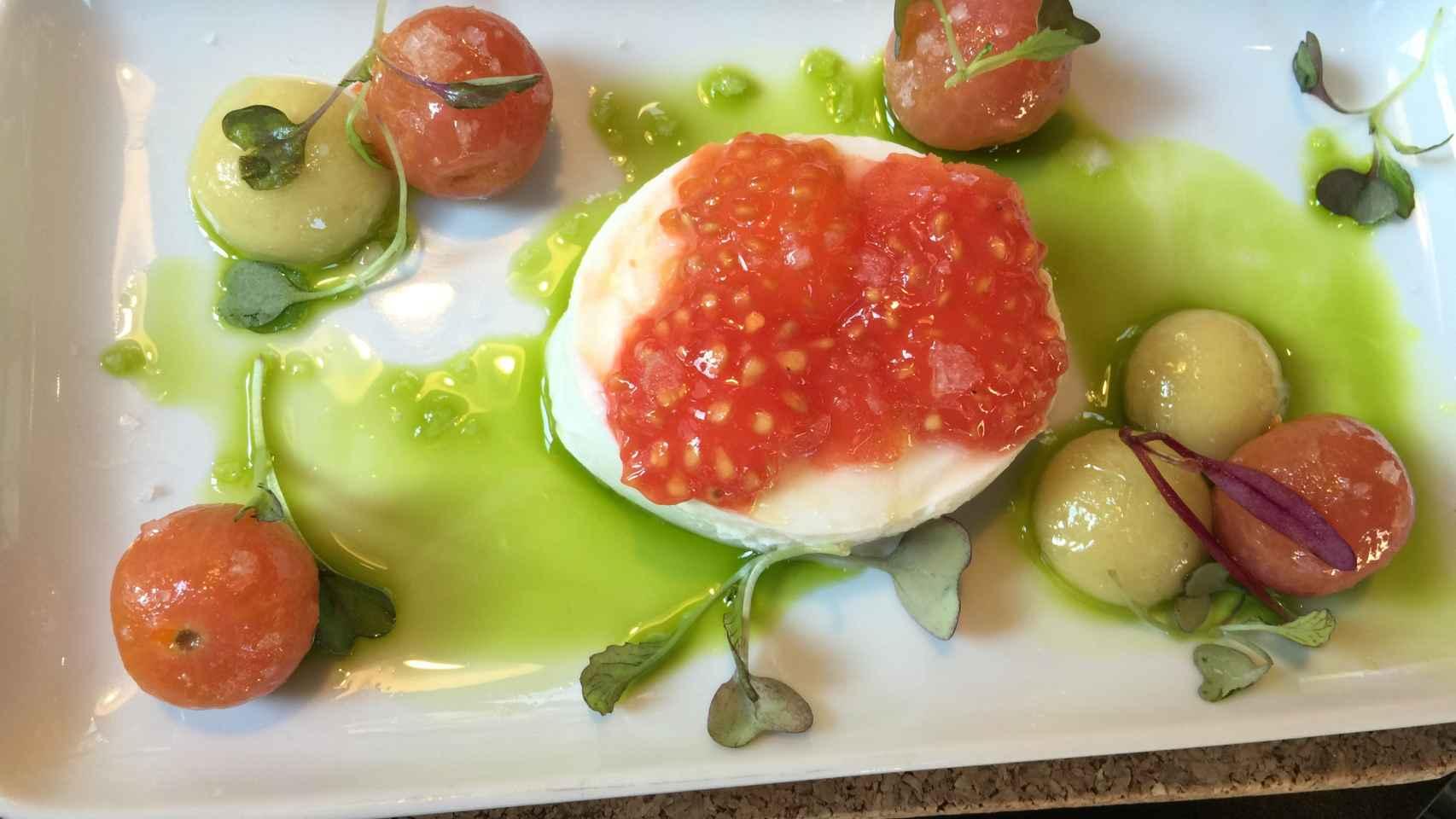 Ensalada de tomate con esferas de mozzarella y Oliva.