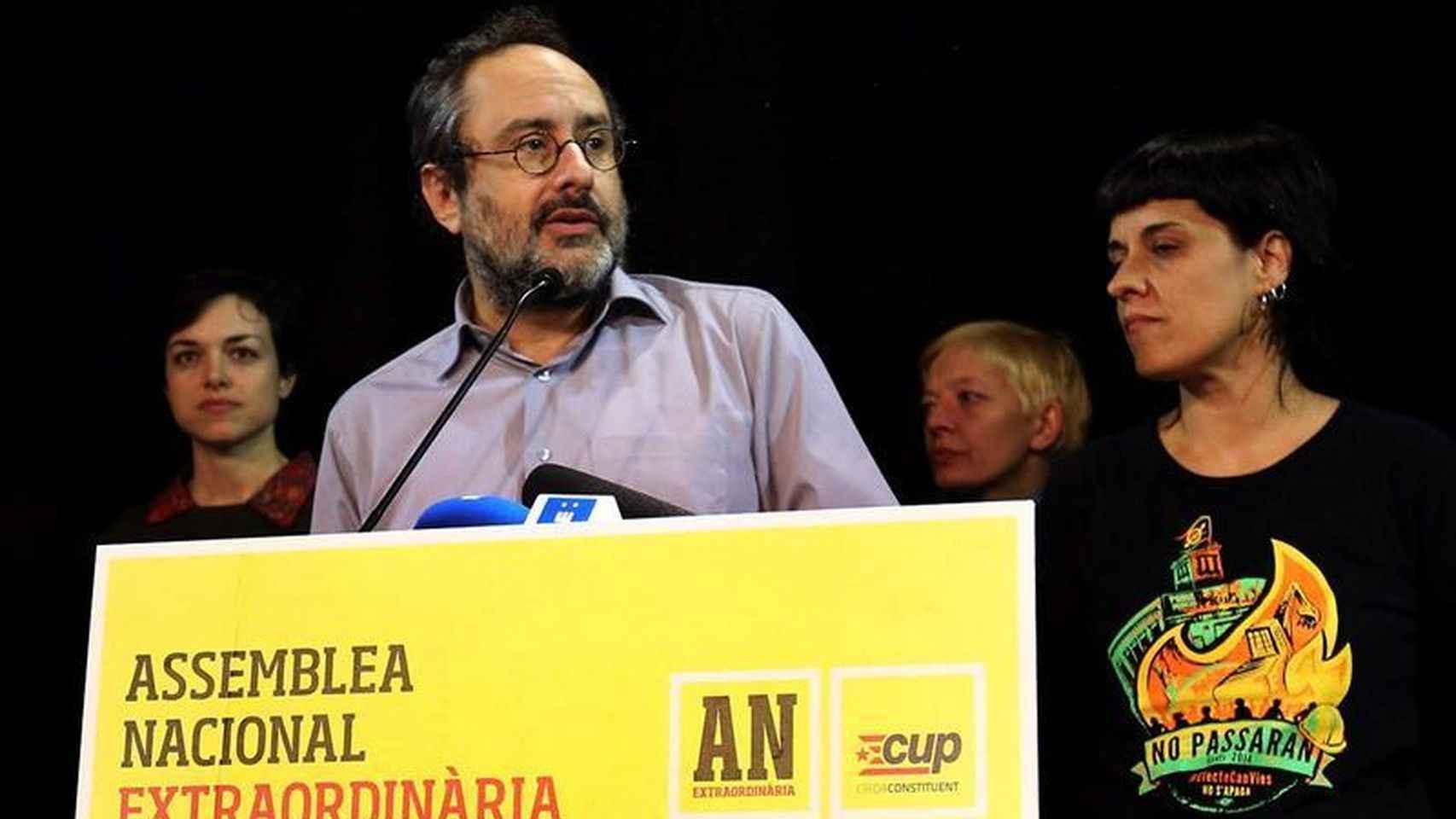 El presidente de la CUP en el Parlament, Antonio Baños, y su portavoz parlamentaria, Anna Gabriel.