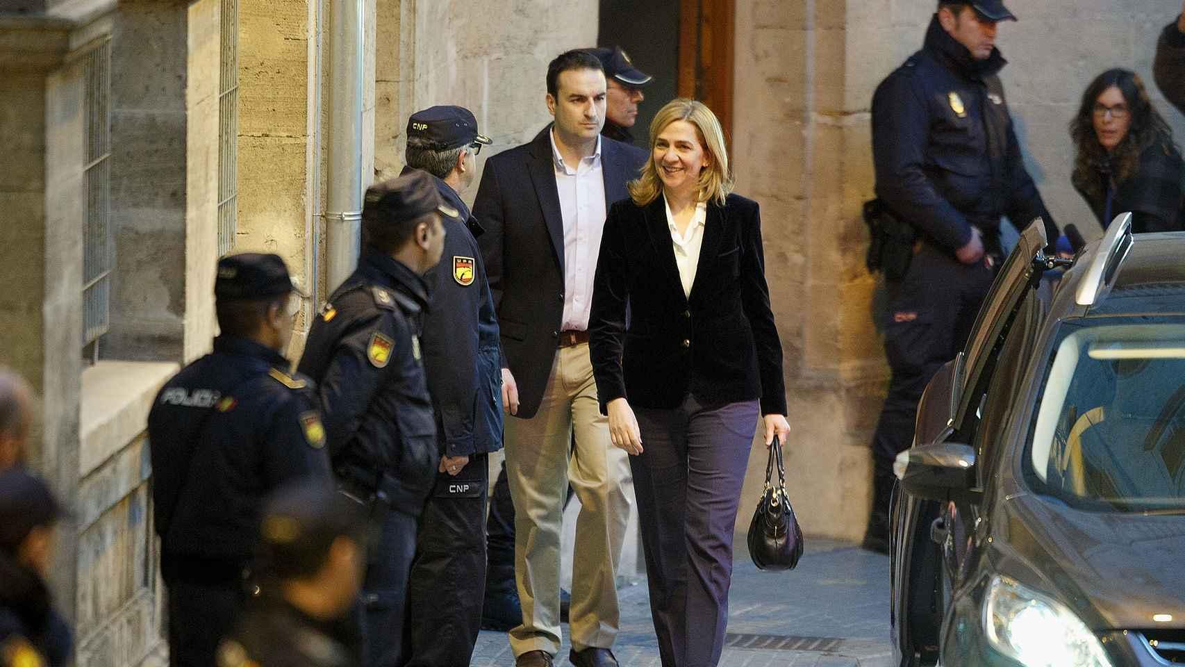 La infanta Cristina sale de la Audiencia de Palma en febrero de 2014